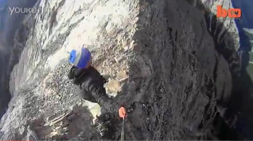 奇闻酷影!疯狂冒险家在8550英尺(2606米)的狭窄山脊上行走