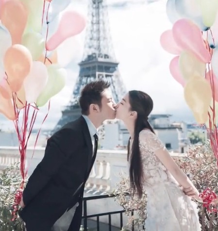 <b>黄晓明Baby今日大婚婚纱照曝光 巴黎铁塔下甜蜜亲吻</b>