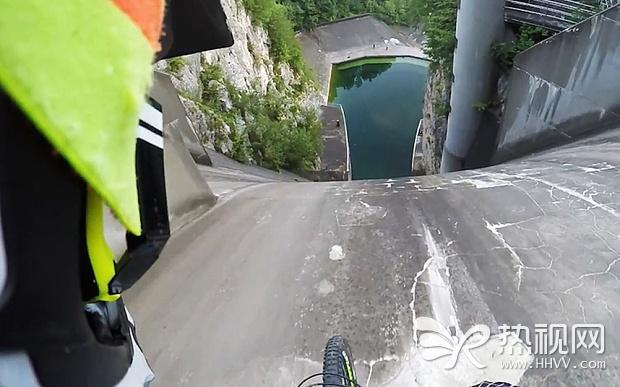 男子骑单车从200米高大坝俯冲而下