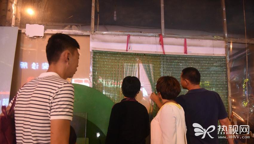 青岛宰客烧烤店成景点 游人参观拍照