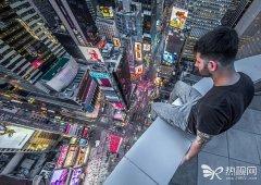 男子60层楼顶边缘行走 拍